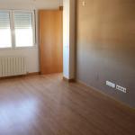 Actualización de vivienda mediante cambio de cocina, tarima y pintura. Reforma hecha por eSING.